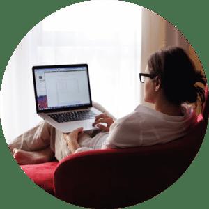 Femme avec un ordinateur suivant des cours