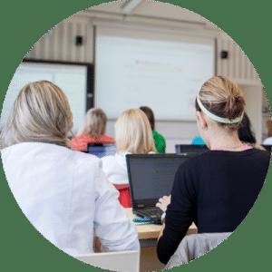 Etudiants suivant des cours dans une salle de classe